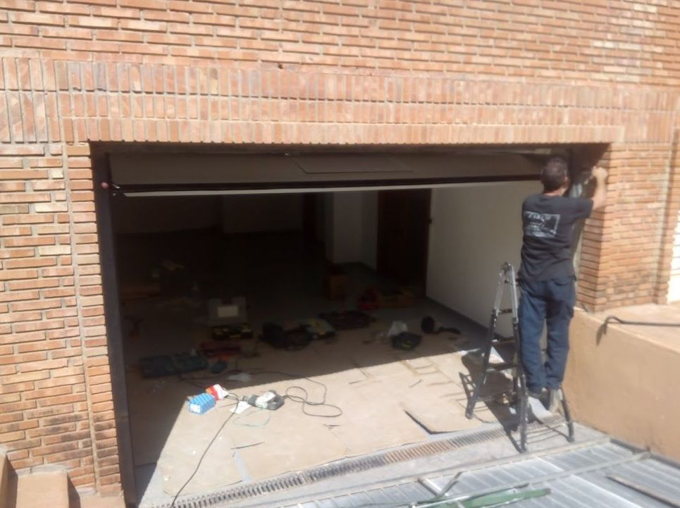 Montaje de  puerta seccional residencial