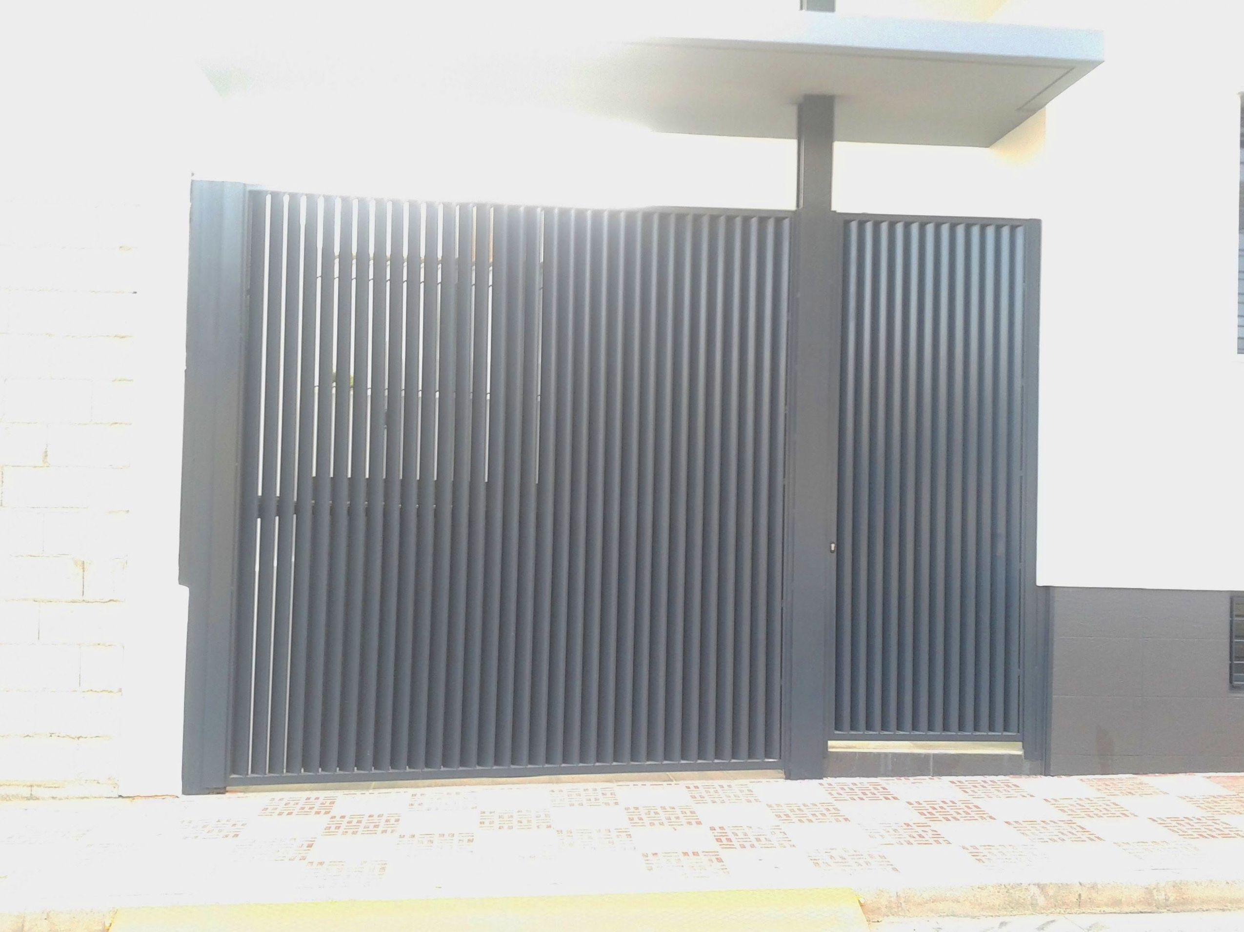 Puertas batientes metálicas estilo mallorquina de lamas verticales