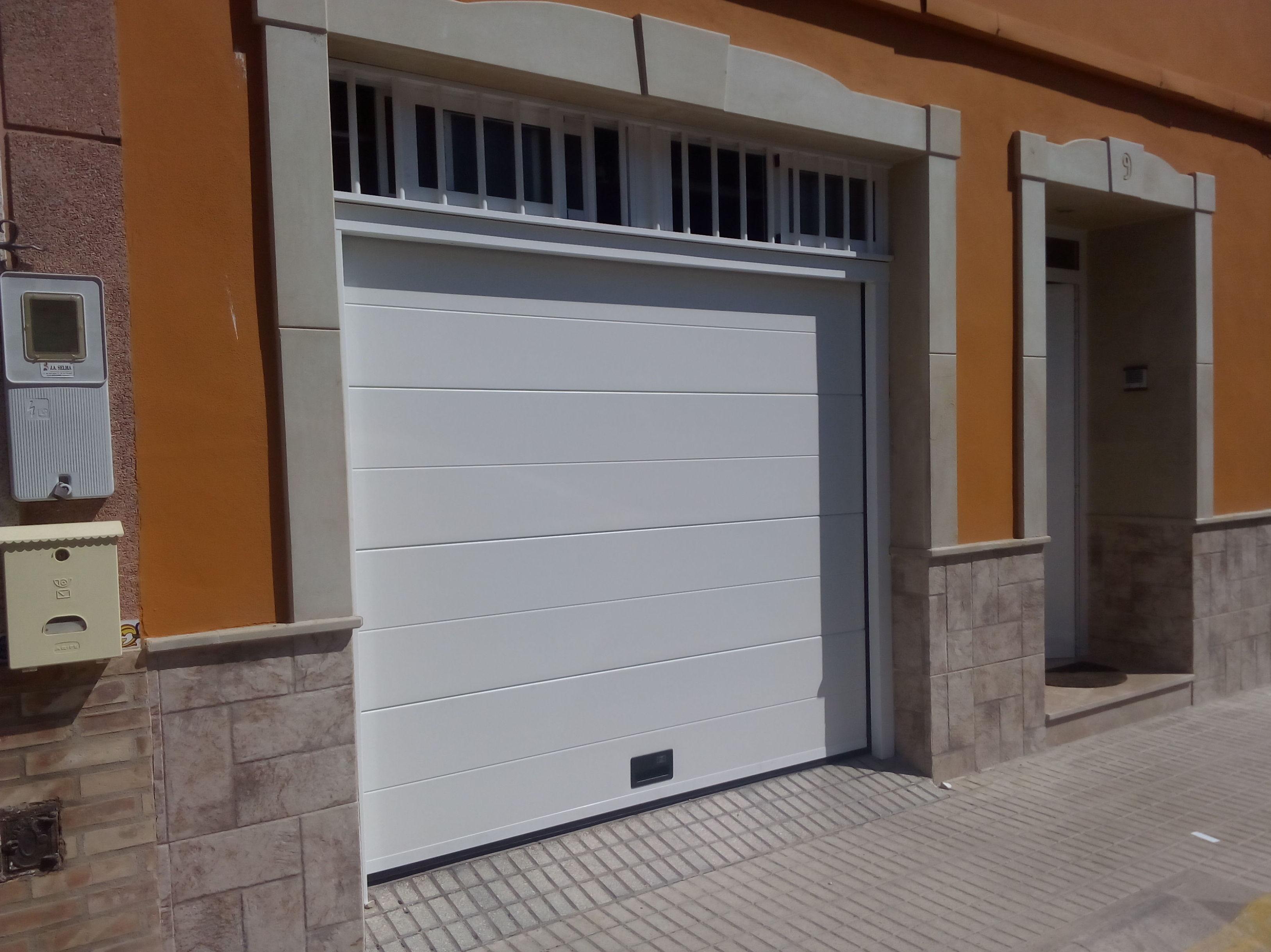 Puerta seccional automática panel liso 1 canal
