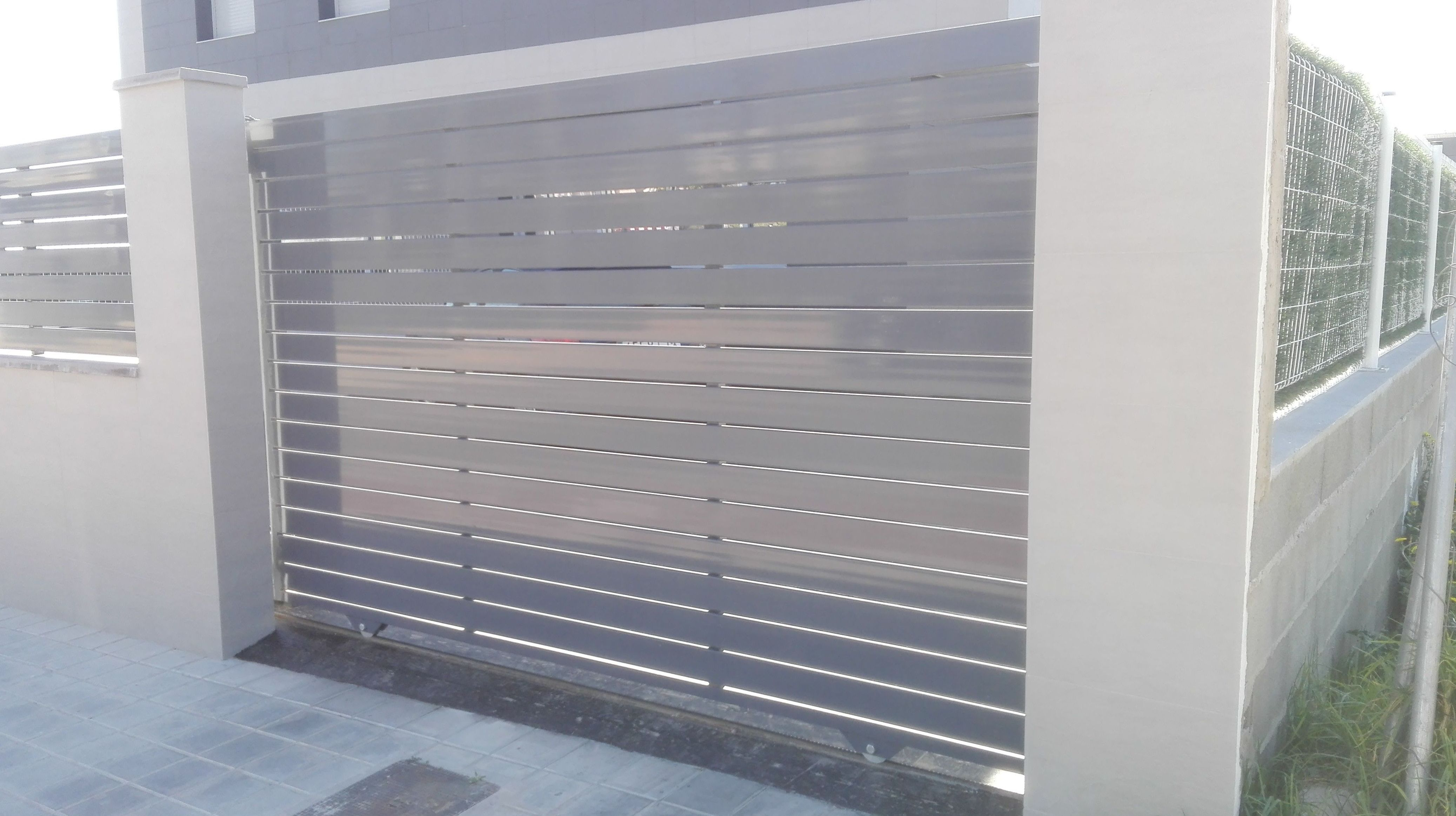 Puerta corredera de aluminio lamas separadas