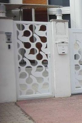 Puerta peatonal después de poner chapa corte laser diseño
