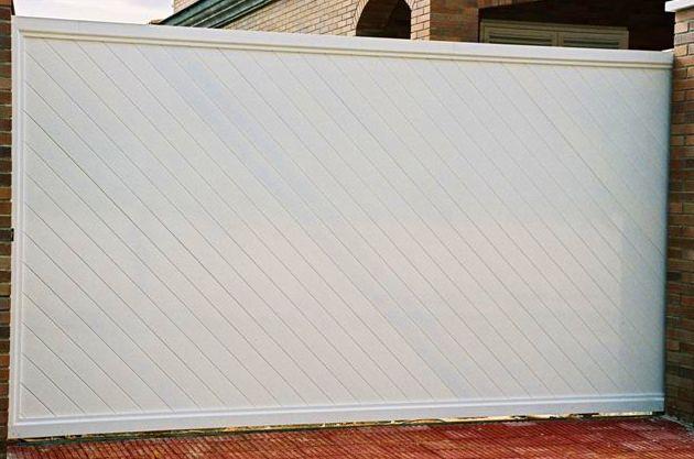 Puerta corredera de aluminio blanca de perfiles lisos en diagonal
