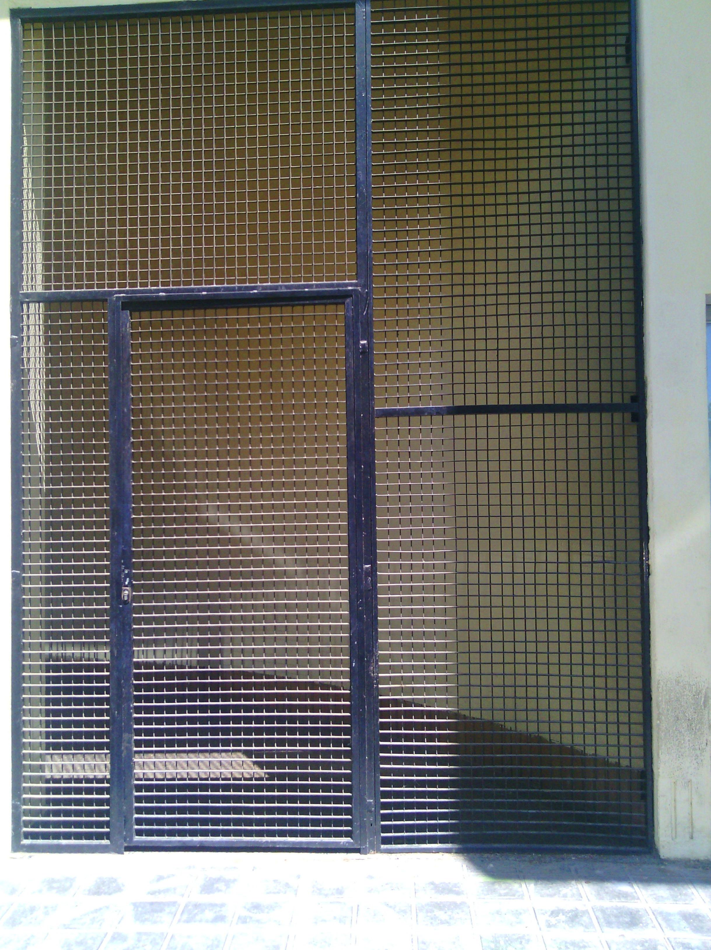 Puerta metálica de rejilla ventilada