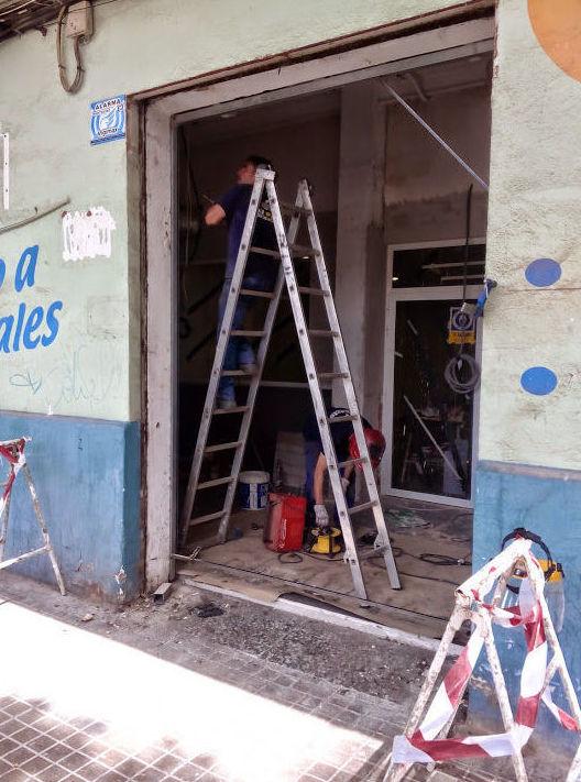Montaje puerta metálica enrollable  galvanizada