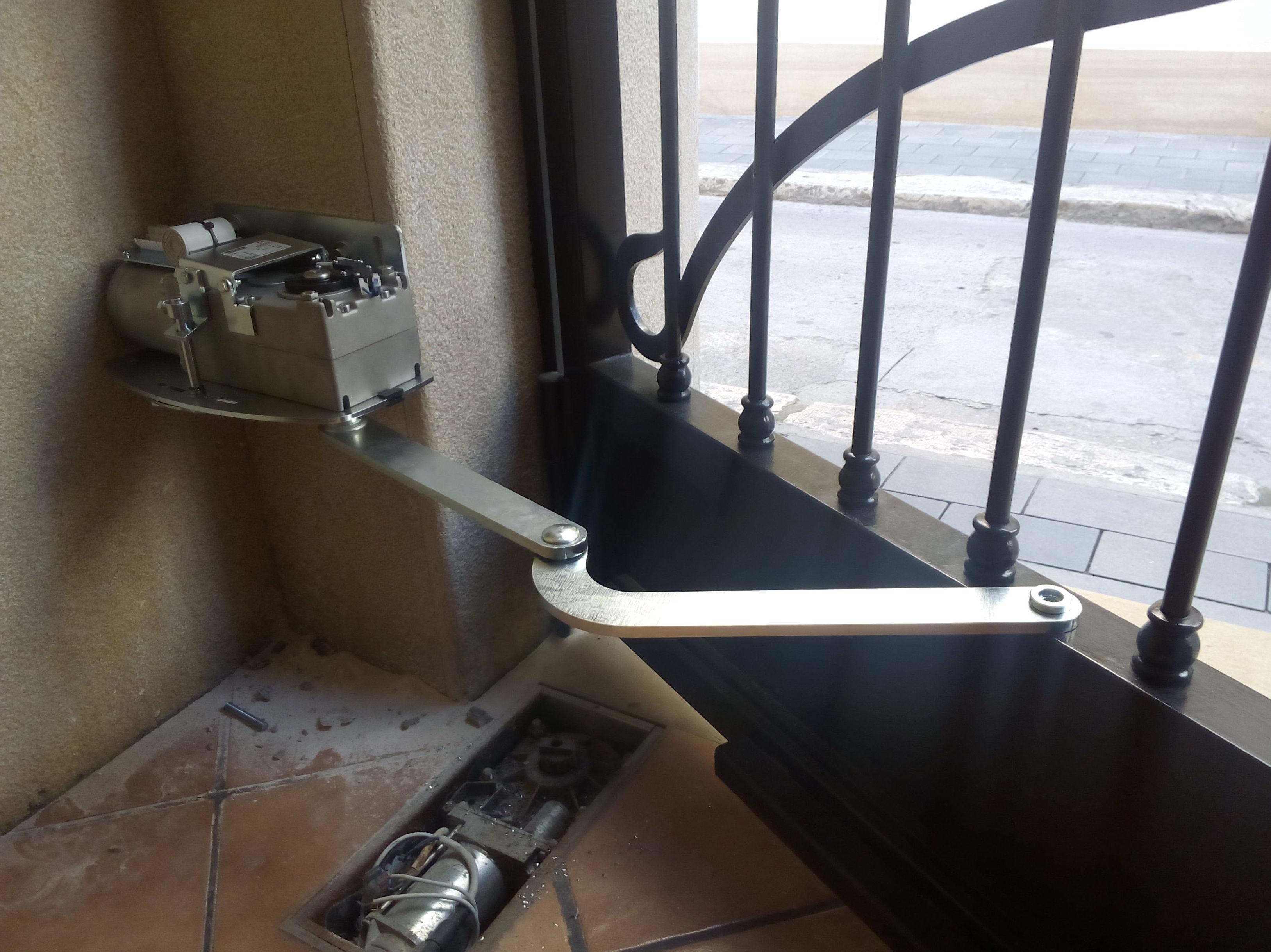 instalación de motor de puerta batiente