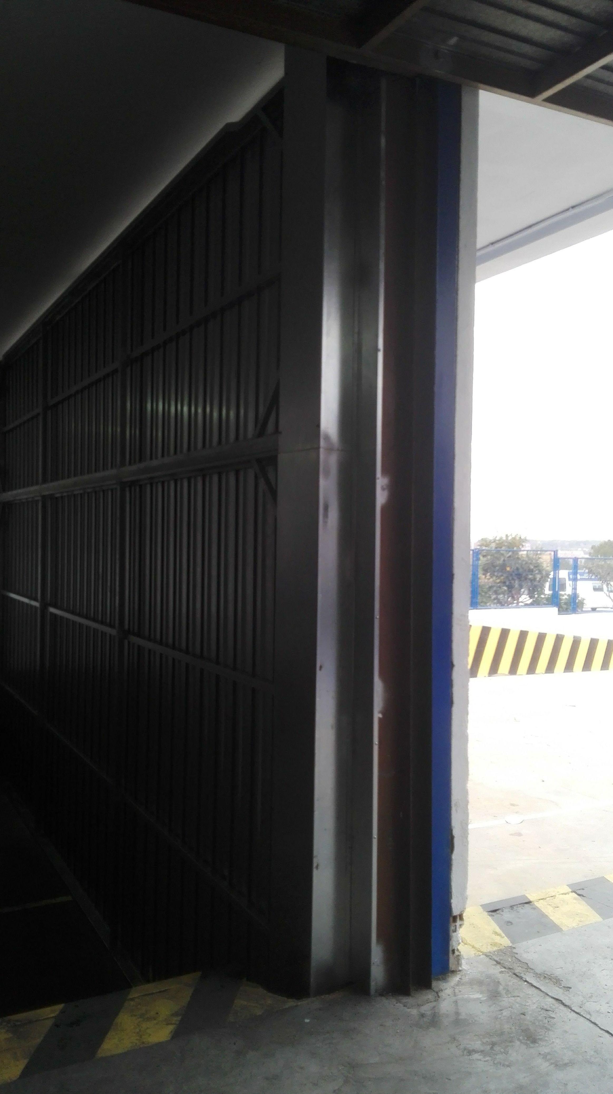 Puerta basculante de contrapesos de chapa galvanizada cajón interior en Paterna