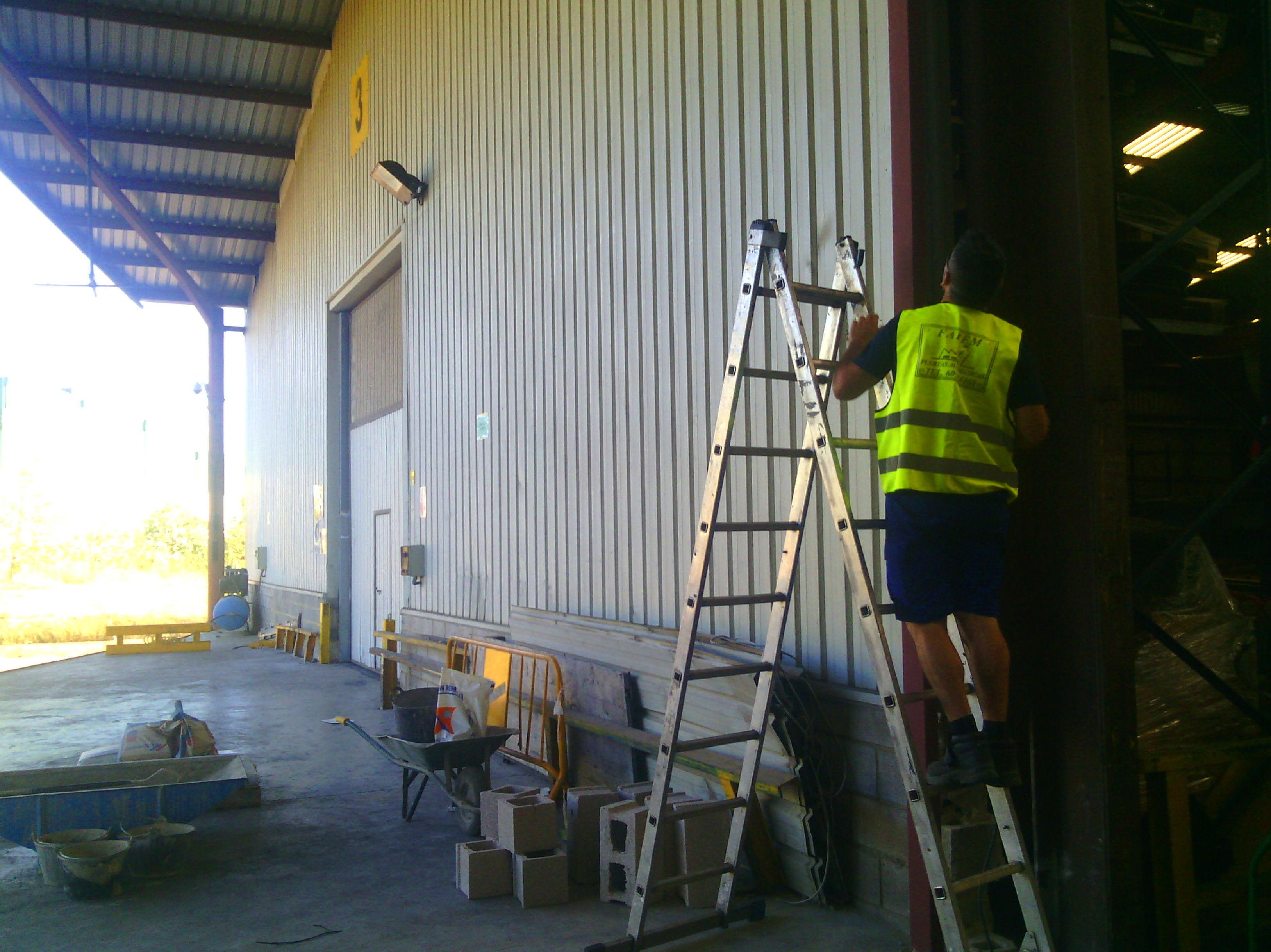 Montaje de puerta metálica enrollable industrial