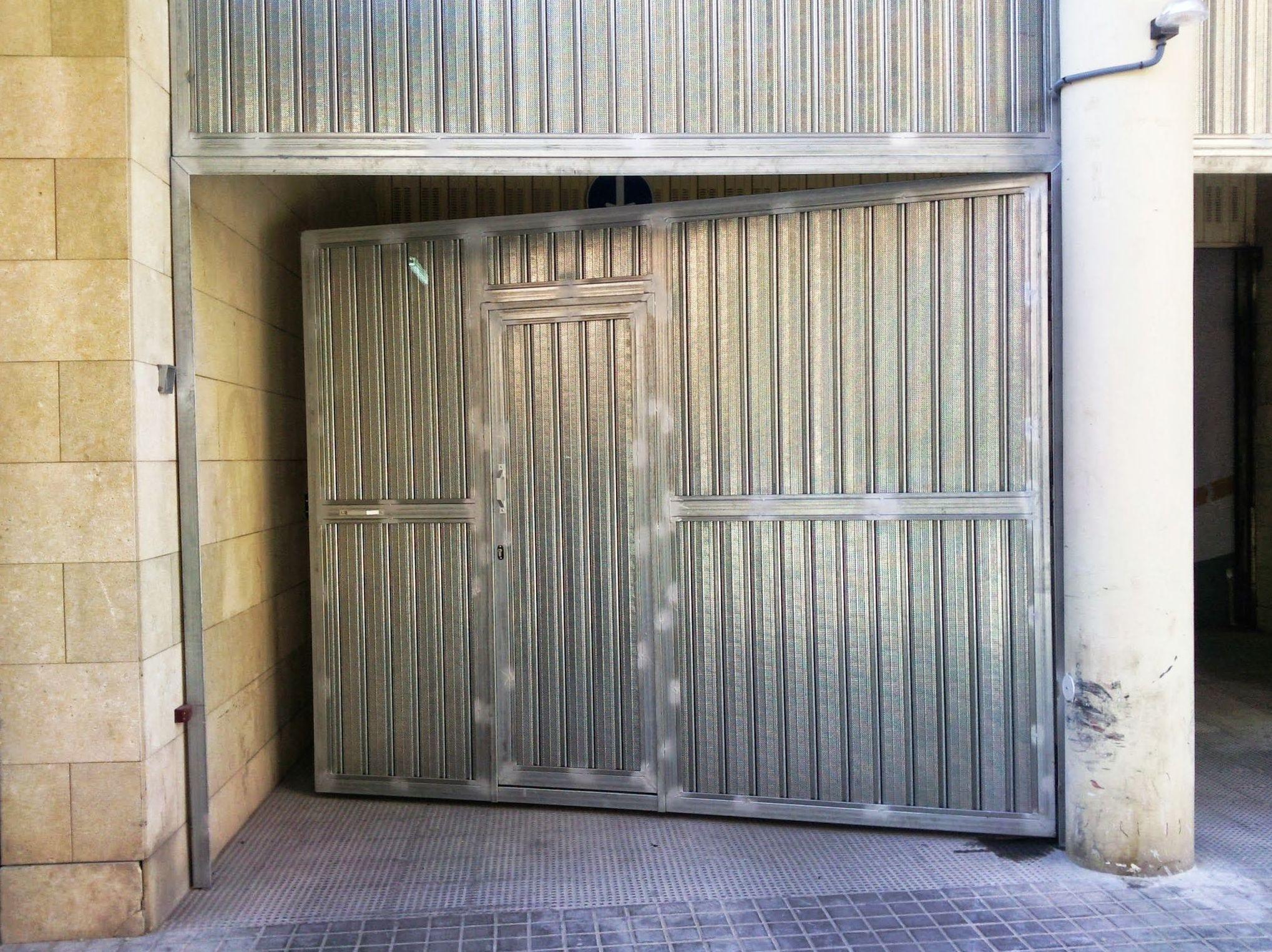Puerta batiente de chapa micro perforada
