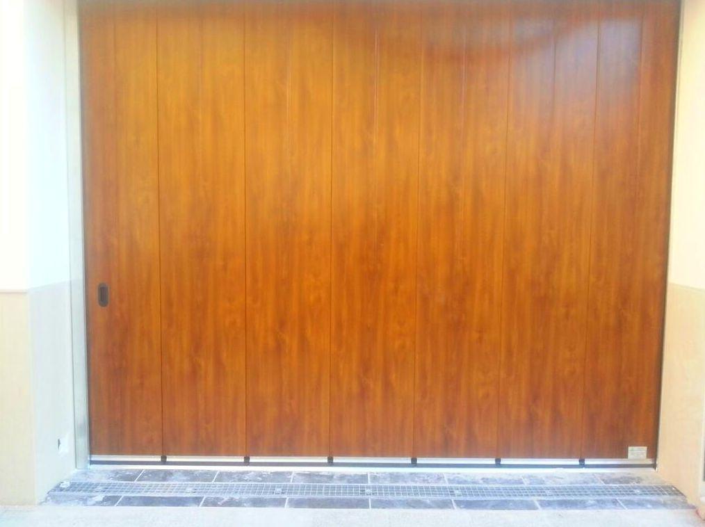 Puerta de garaje corredera lateral seccional con panel de sandwich imitación madera