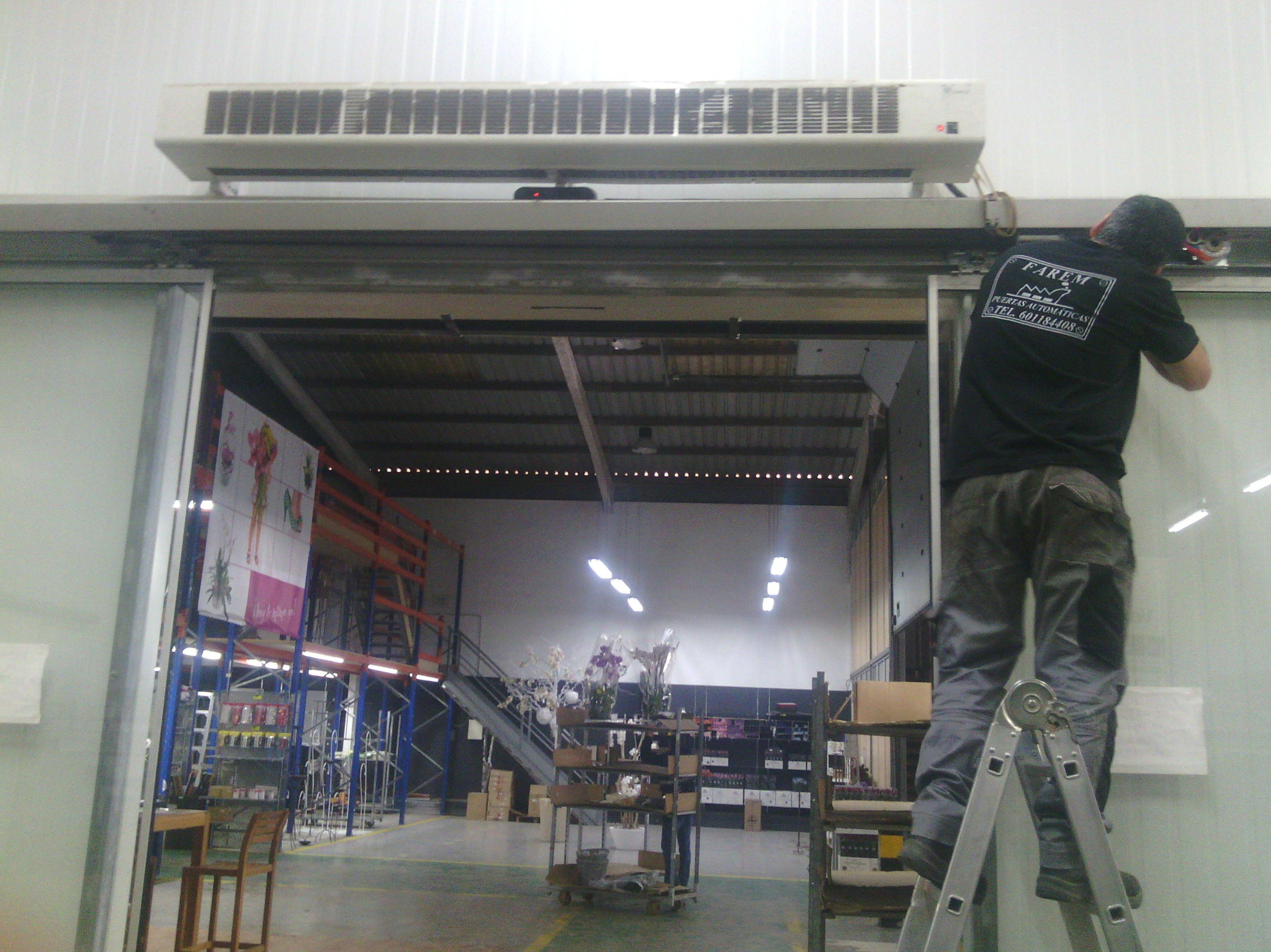 Reparación instalación de motor de puerta corredera rápida de cristal
