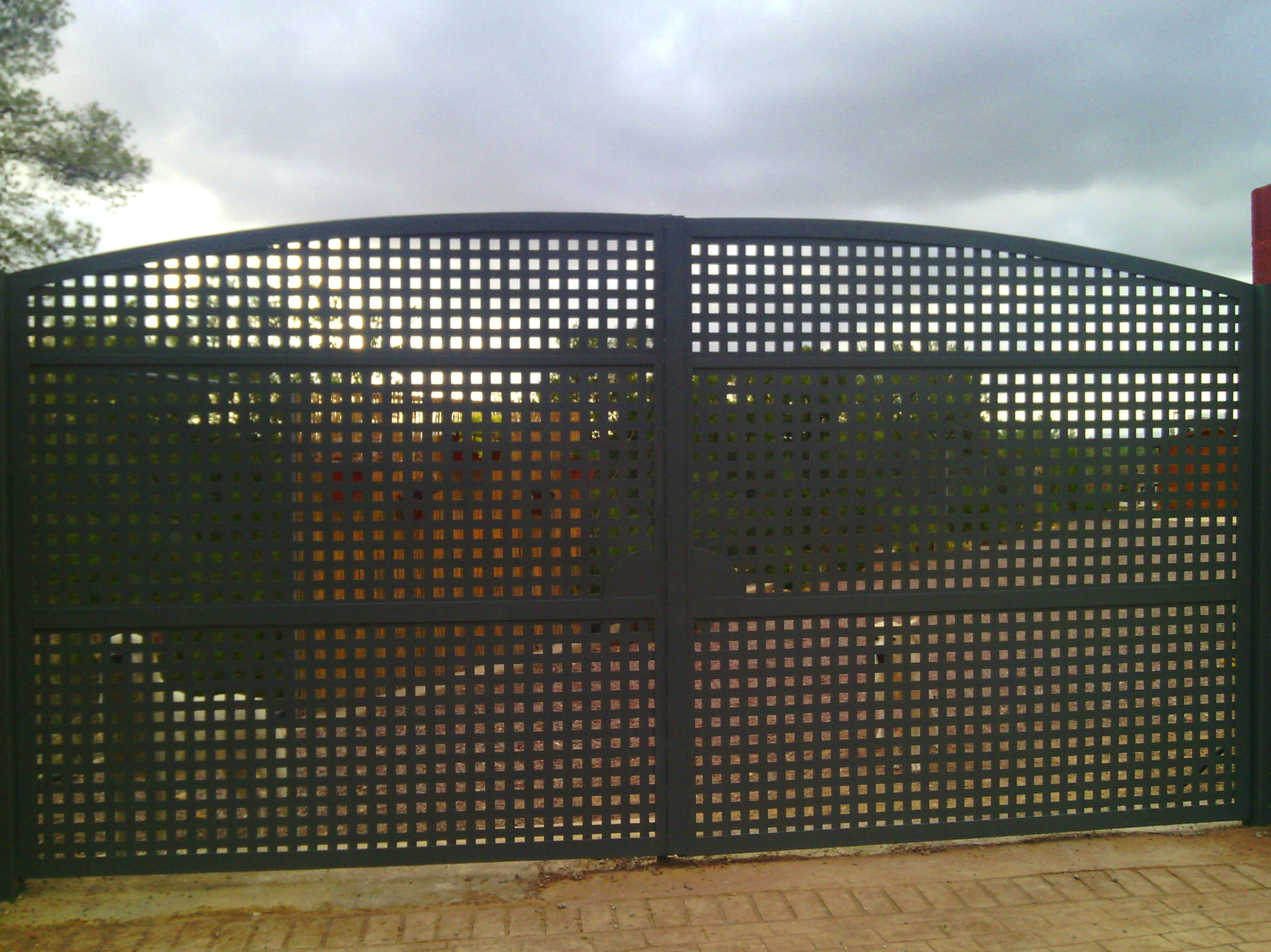 Puerta batiente de chapa lisa troquelada atornillada