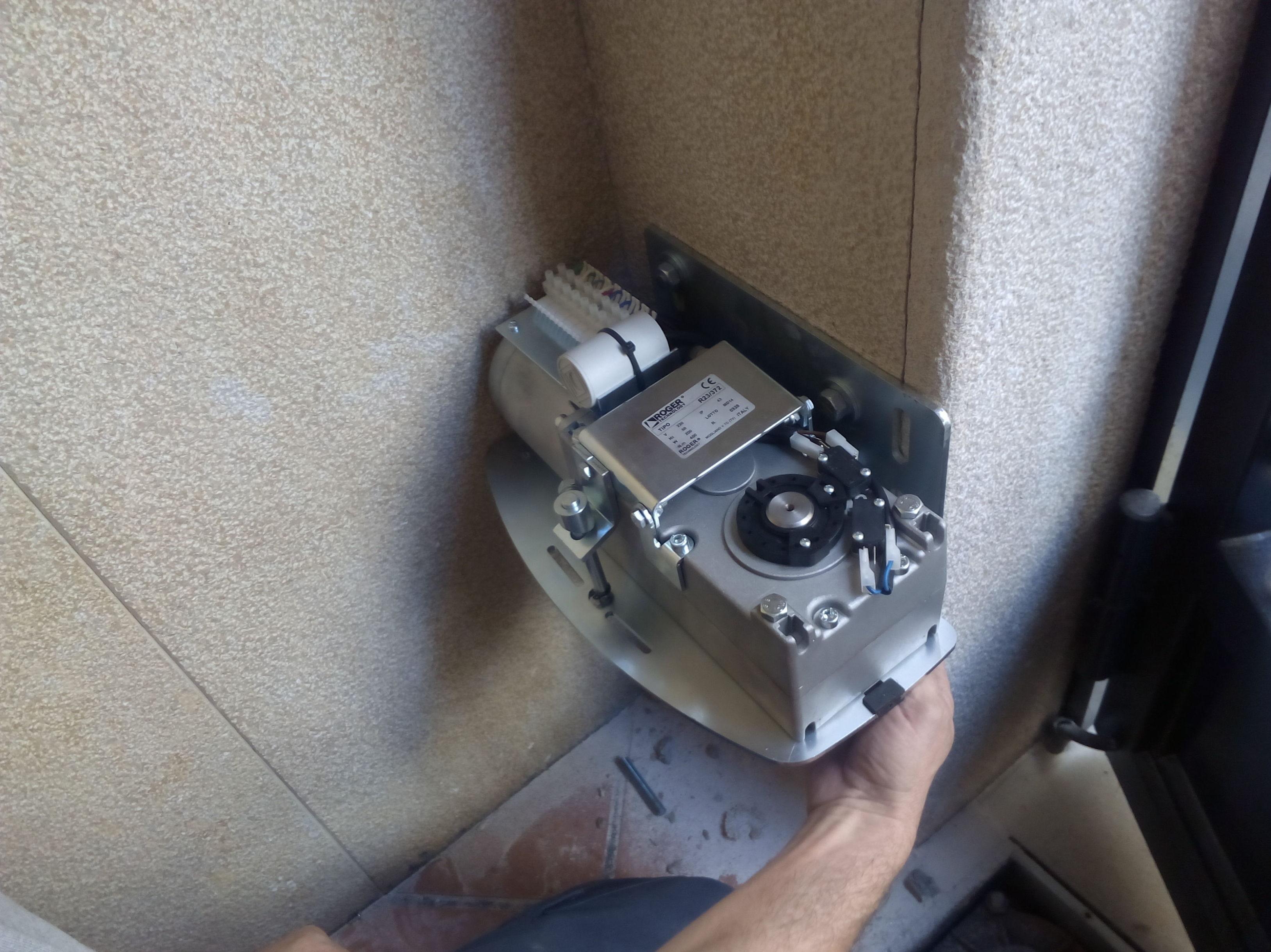 Motor puerta batiente articulado
