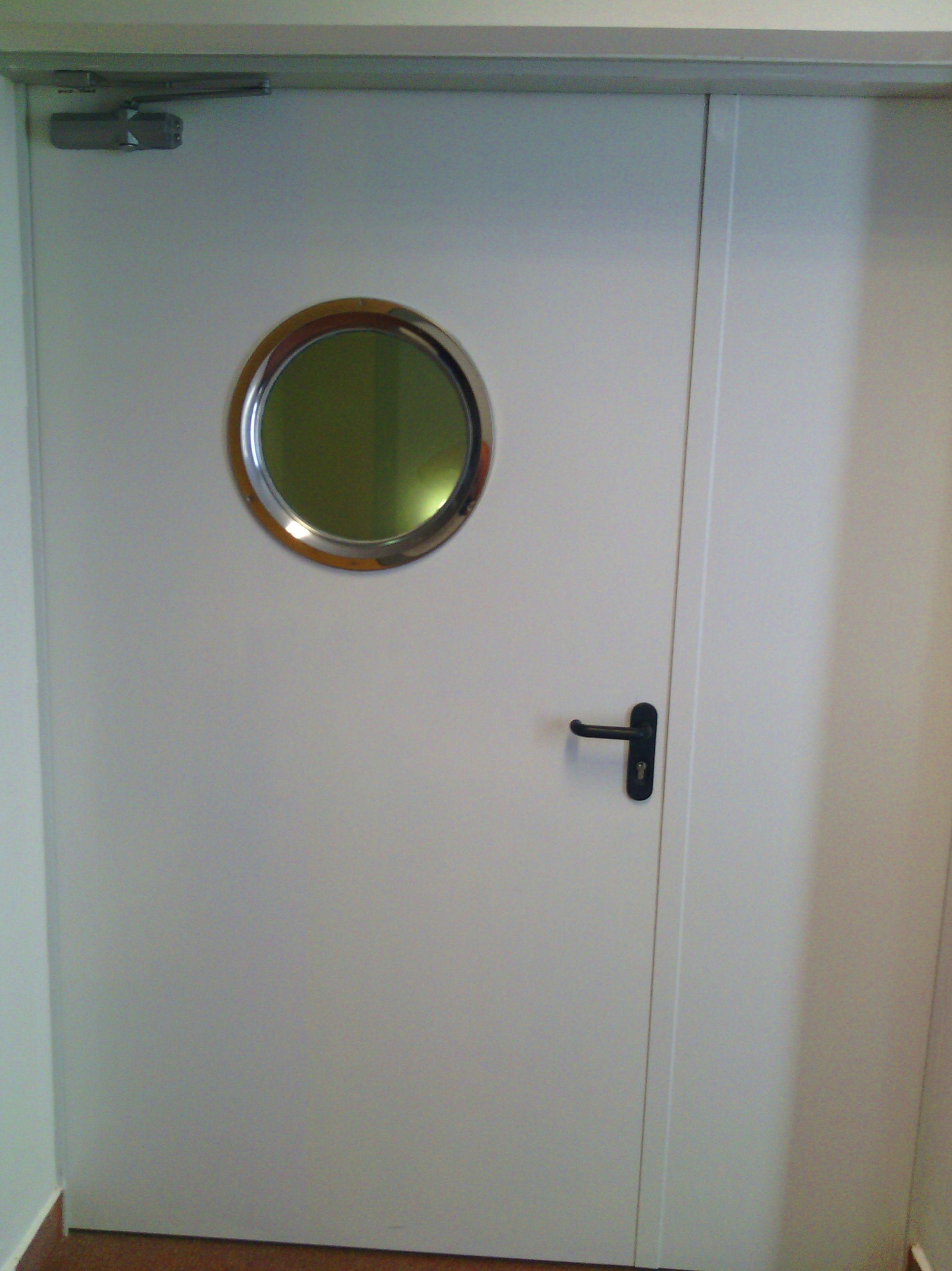 Puerta batiente cortafuegos con mirilla, fijo lateral y cierra puertas articulado