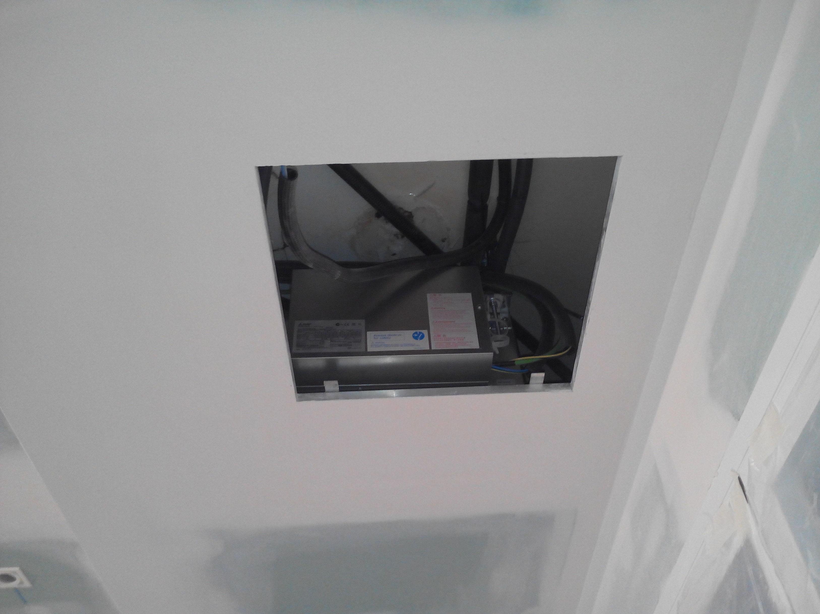 Máquina de conductos en falso techo baño con registro