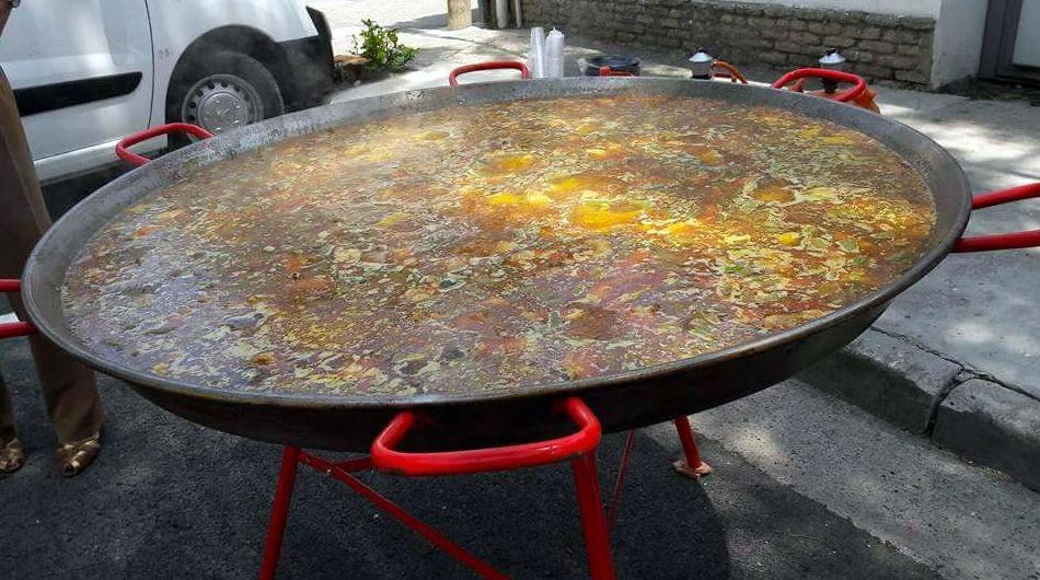 Preparación de paellas gigantes para fiestas en Zaragoza