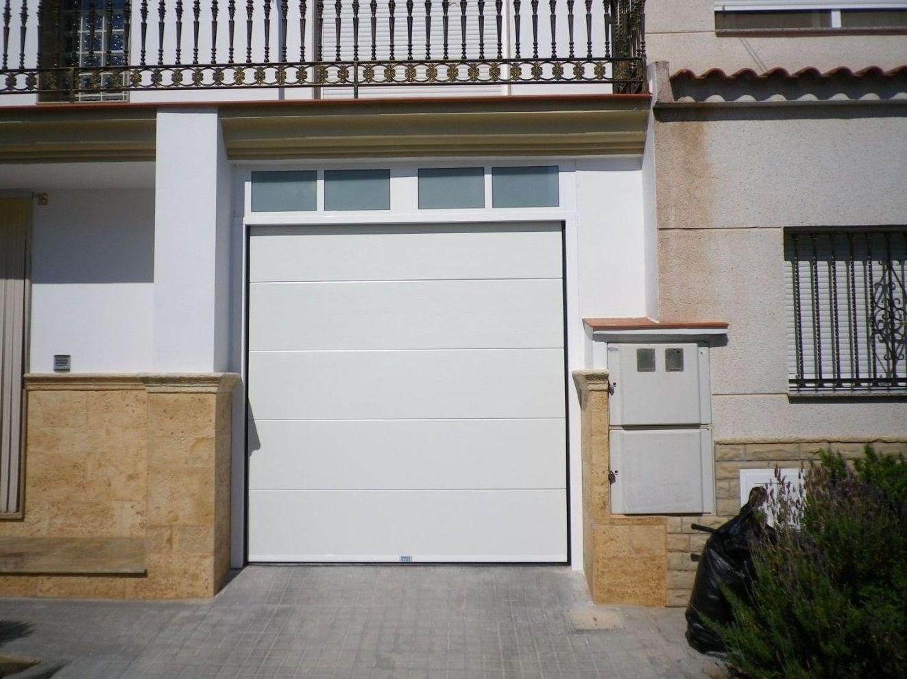 Puertas seccionales blancas