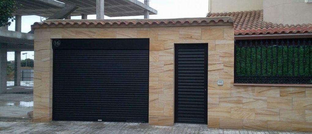 puerta enrollable de aluminio autoblocante y peatonal