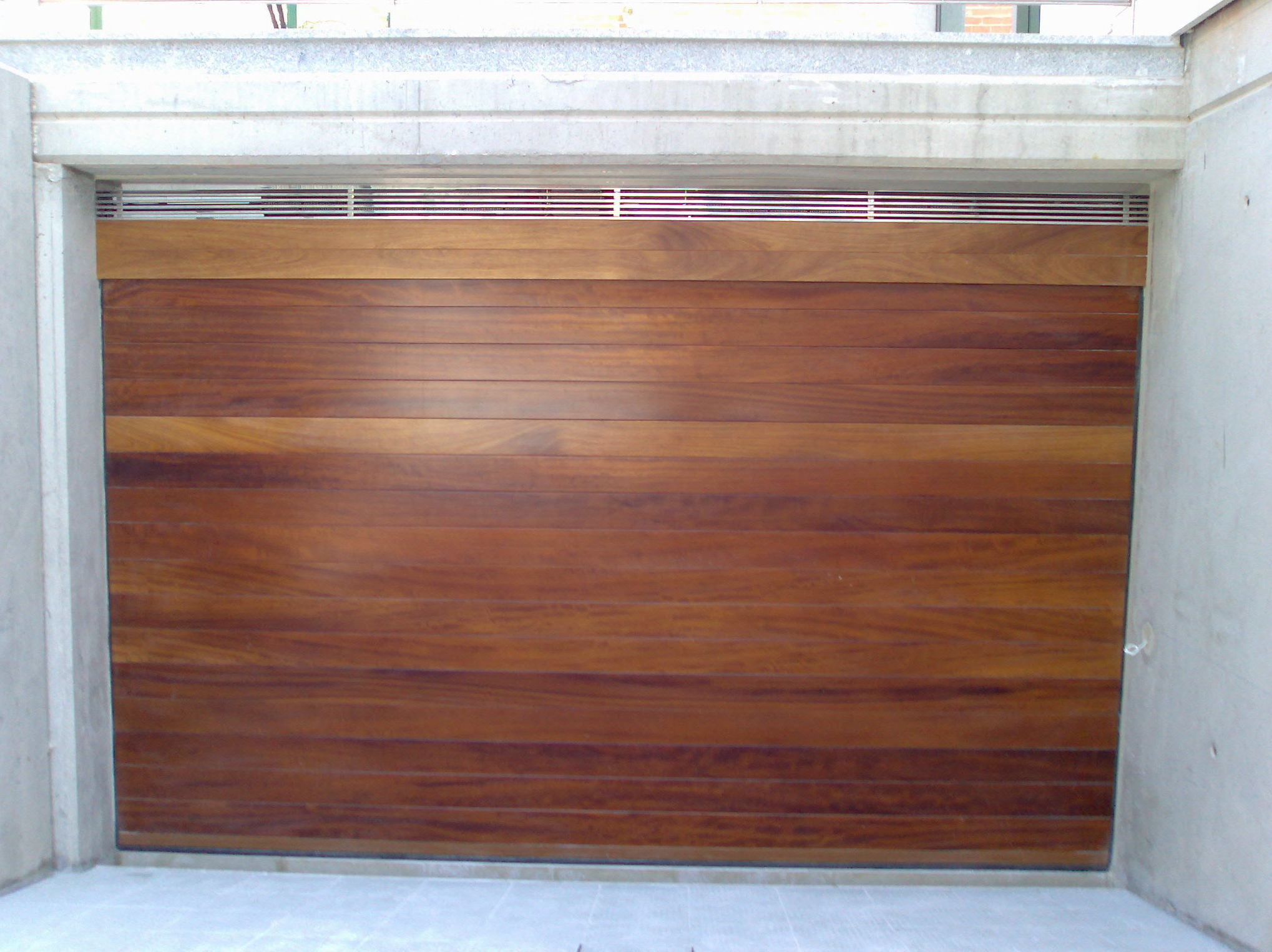 puerta seccional de madera maciza