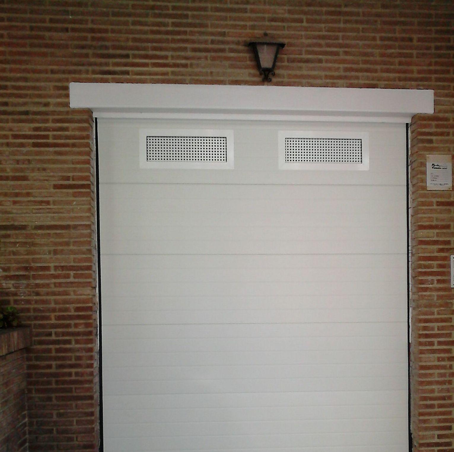 seccional acanalada blanca, con rejilla de ventilación.
