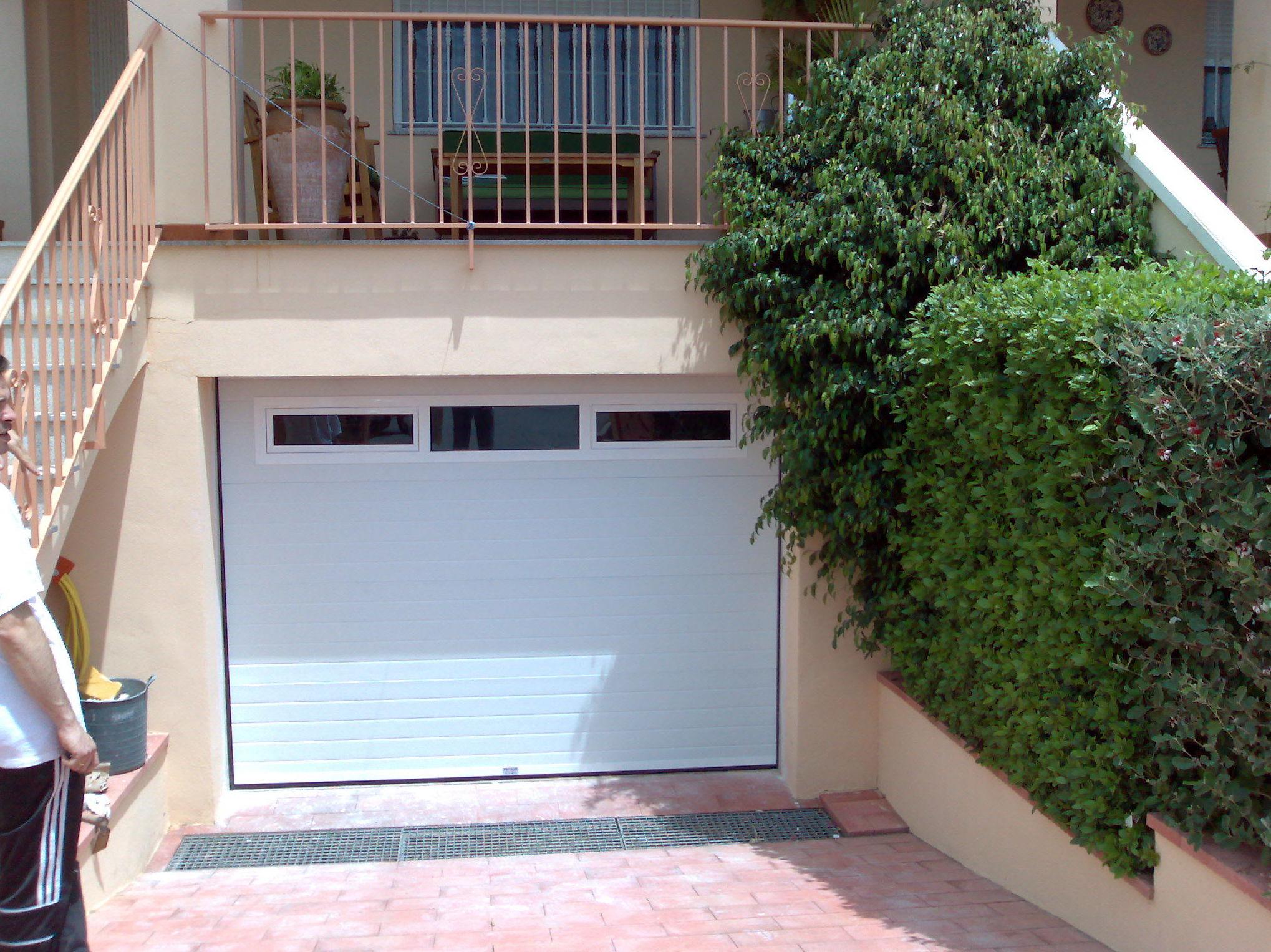 puerta seccional acanalada blanca, con ventanas