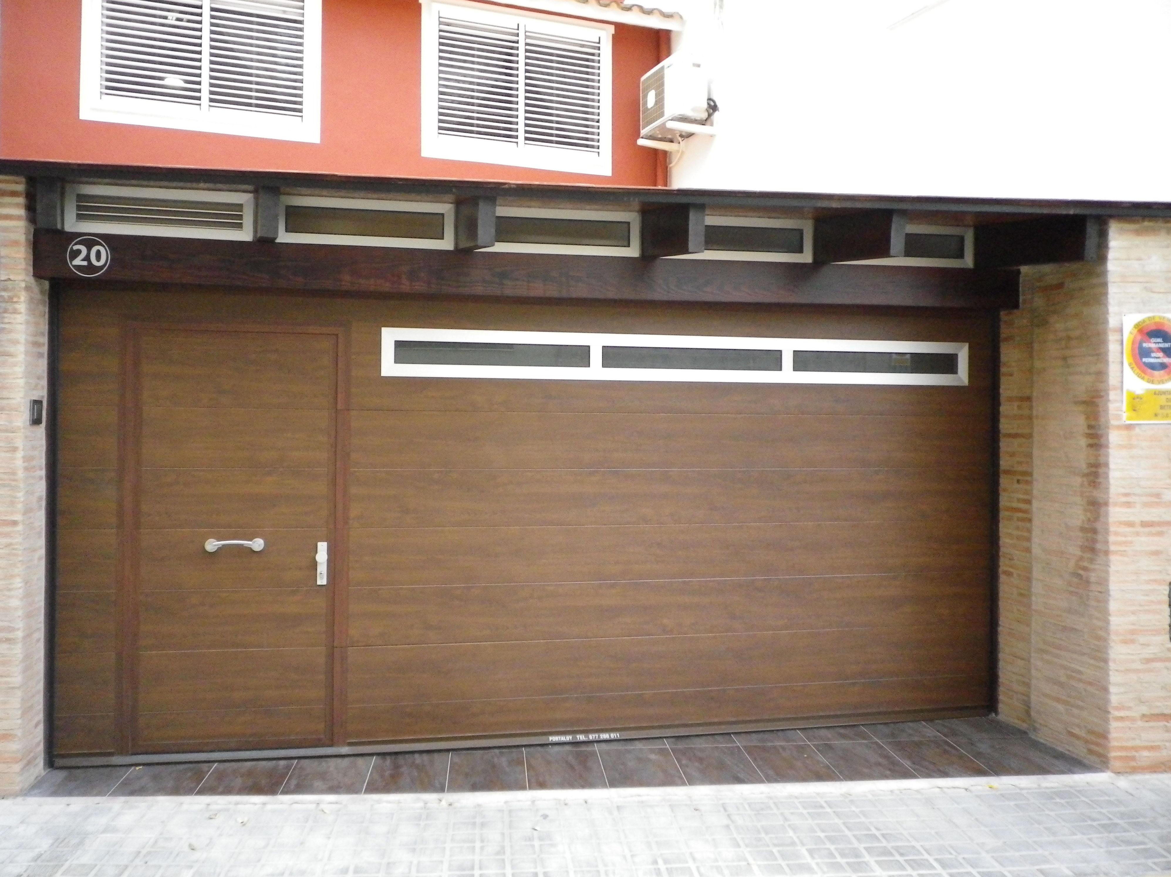 Seccional imitación madera panel canal central liso, con ventanas superiores.