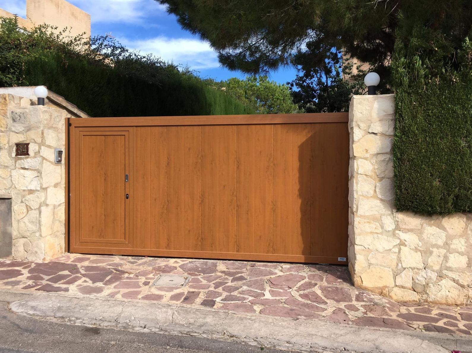Foto 8 de Puertas de garaje en    Portaloy