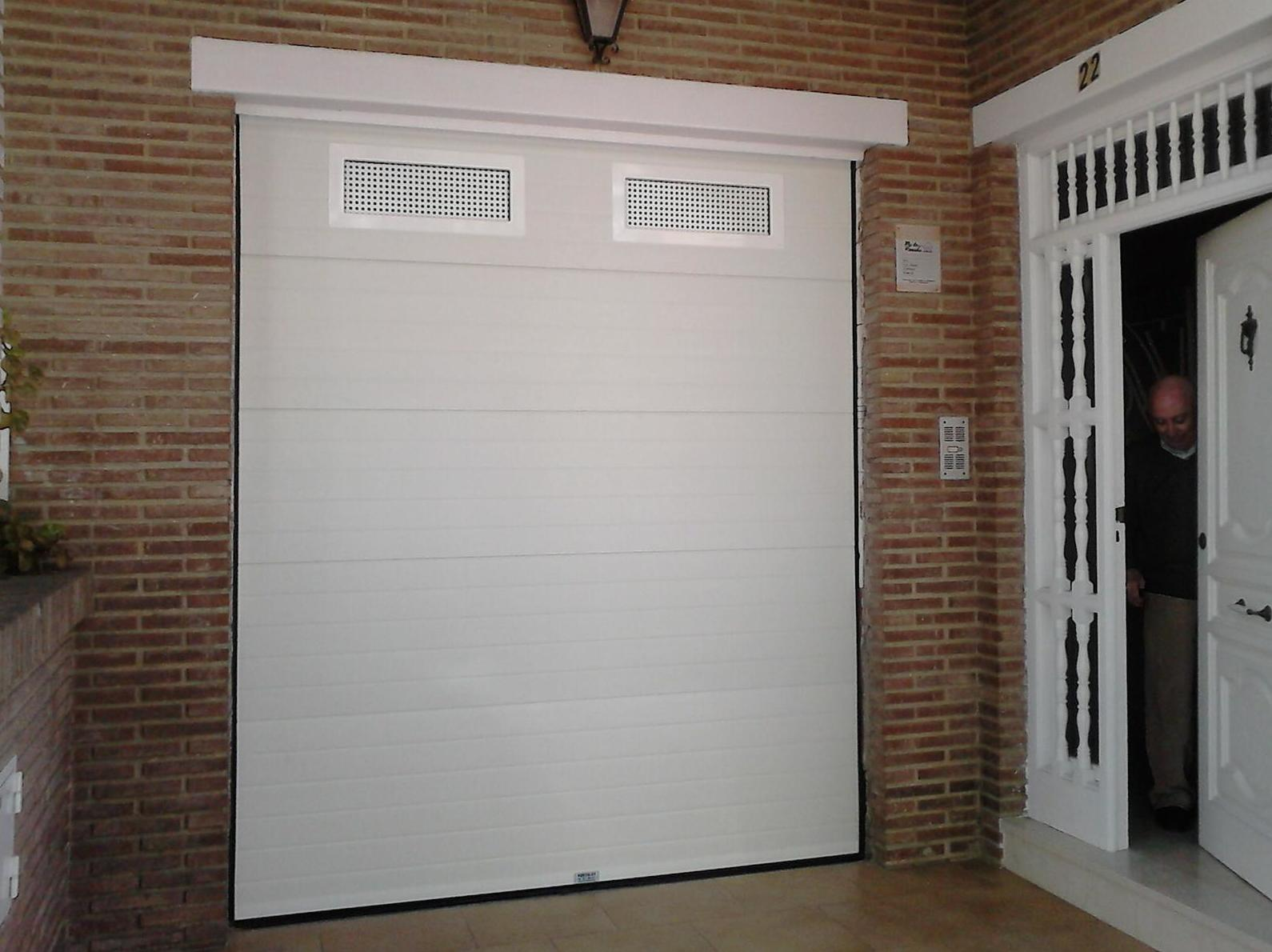 Foto 23 de Puertas de garaje en    Portaloy