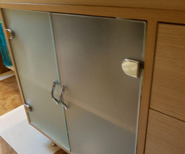 Muebles con puerta de cristal