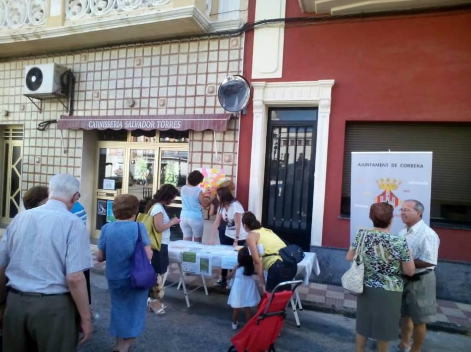 Mesa informativa en Corbera (fotografía de L'Agenda Corbera en Facebook)