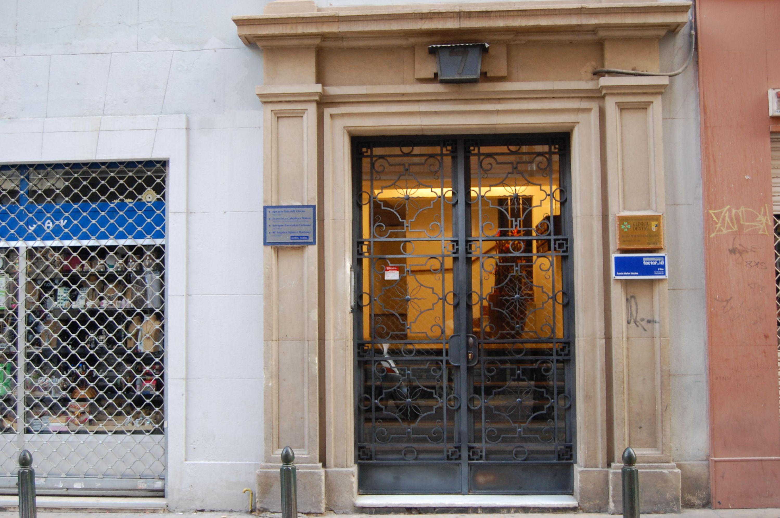 Fachada de la clínica dental en Zaragoza