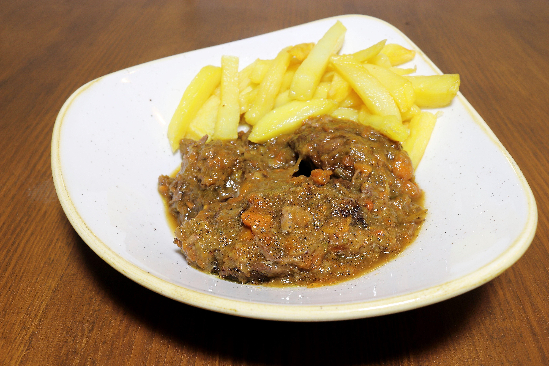 Disfruta de carne guisada con patatas