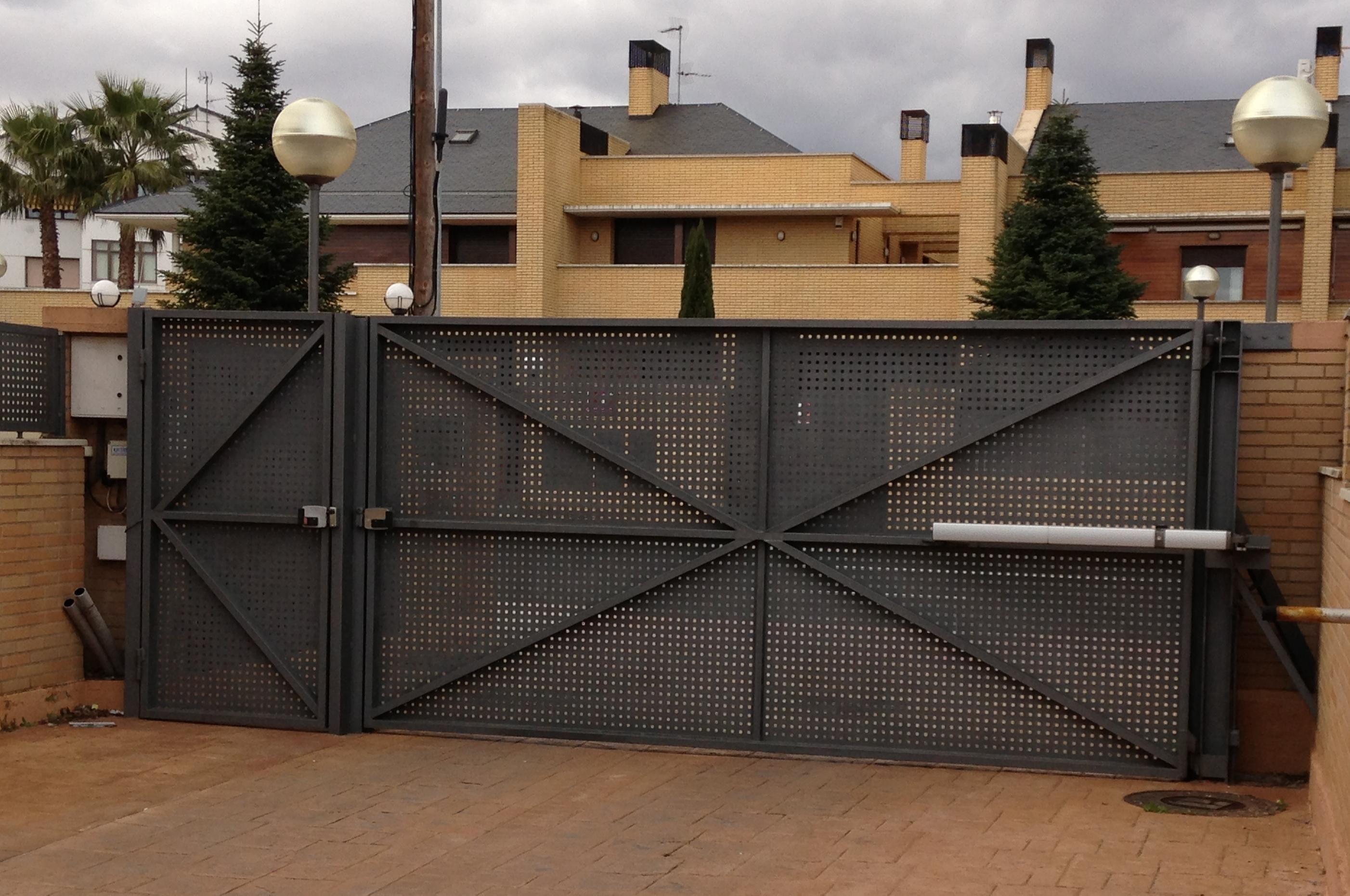 Las puertas autom ticas en logro o para su negocio las for Puerta corredera de taller