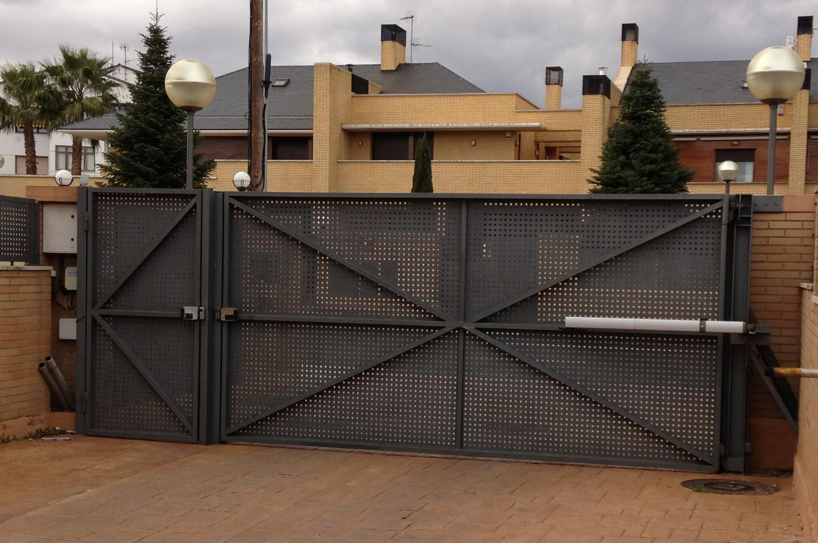 Puerta batiente y peatonal adyacente