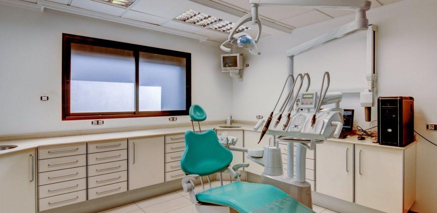 NUESTRO LABORATORIO: Tratamientos dentales of Maricarmen Romero Clínica Dental