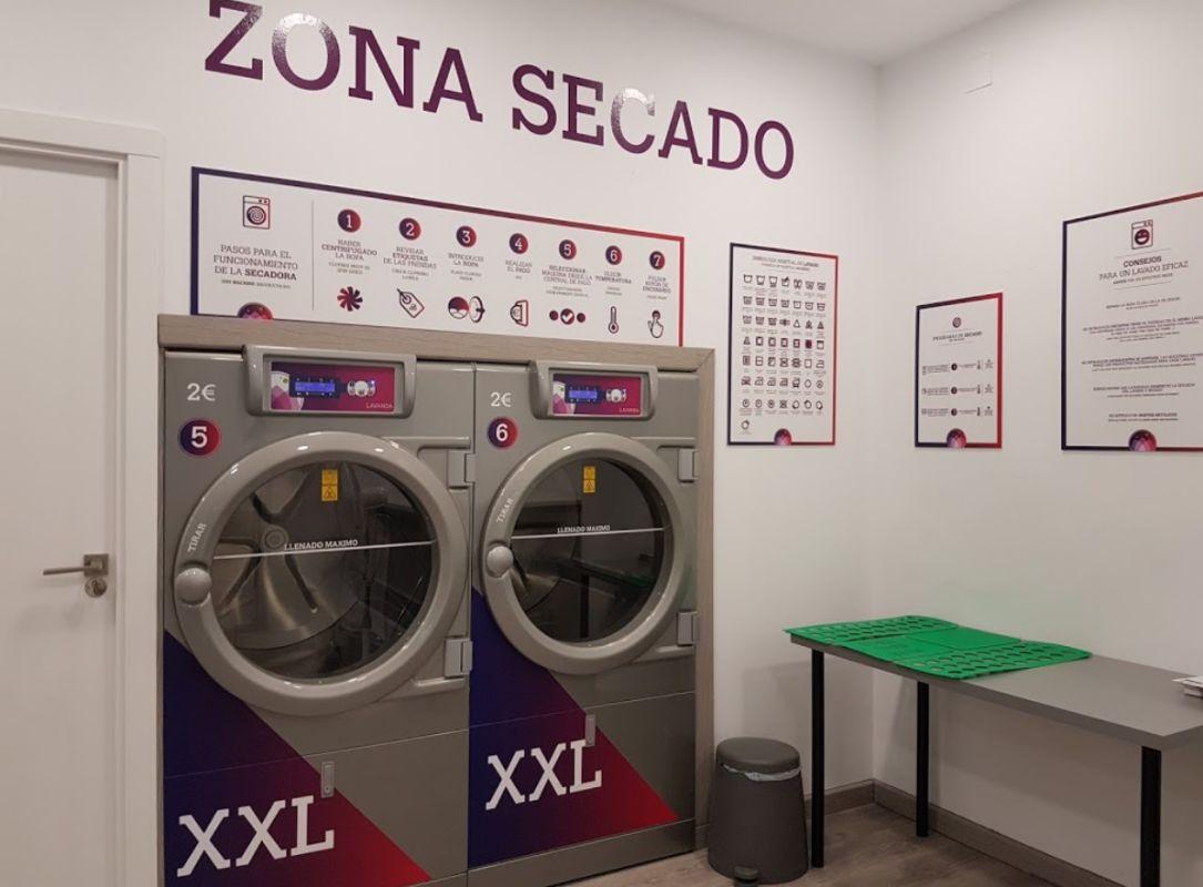 Lavandería con lavadoras y secadoras en Zaragoza