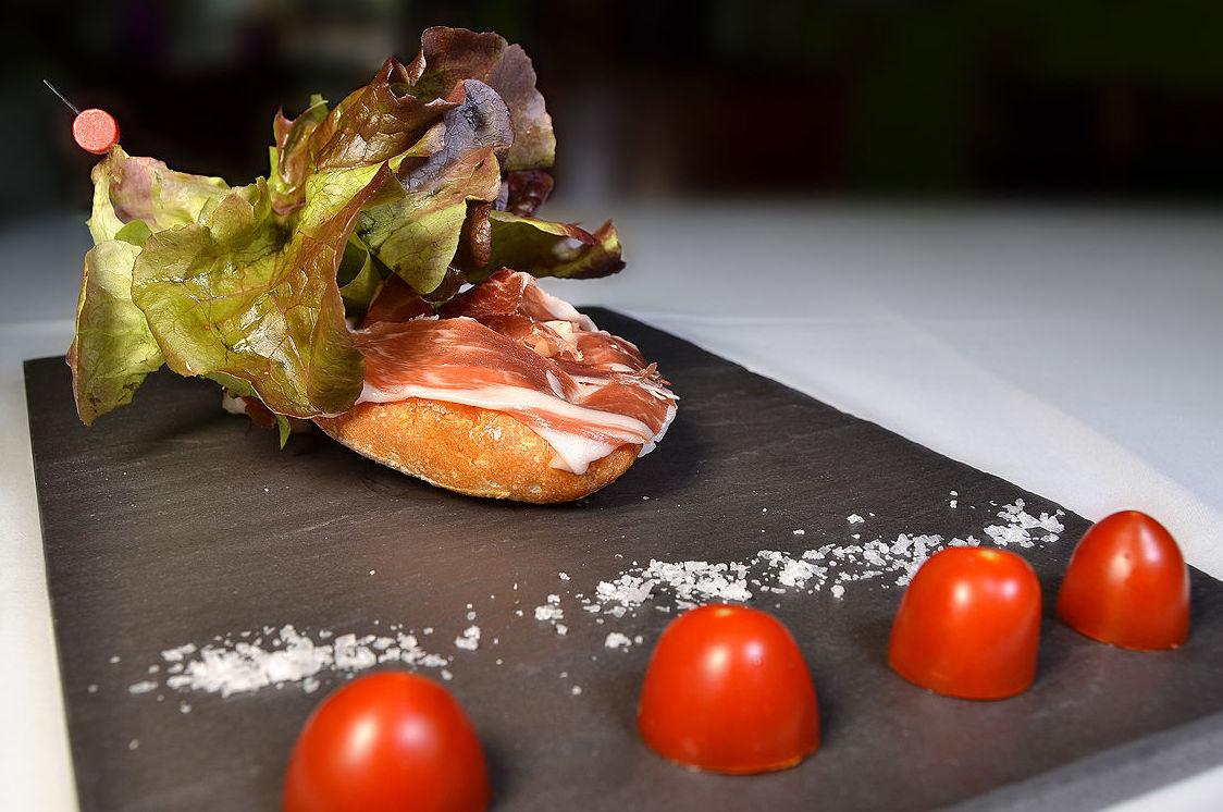 Pincho de jamón ibérico con pan con tomate.