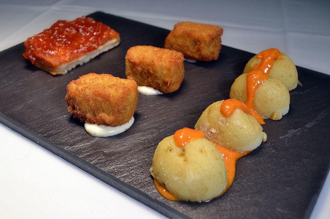 Queso herreño a la plancha y confitura de tomate + croquetas de cherne + papas arrugadas con mojo.