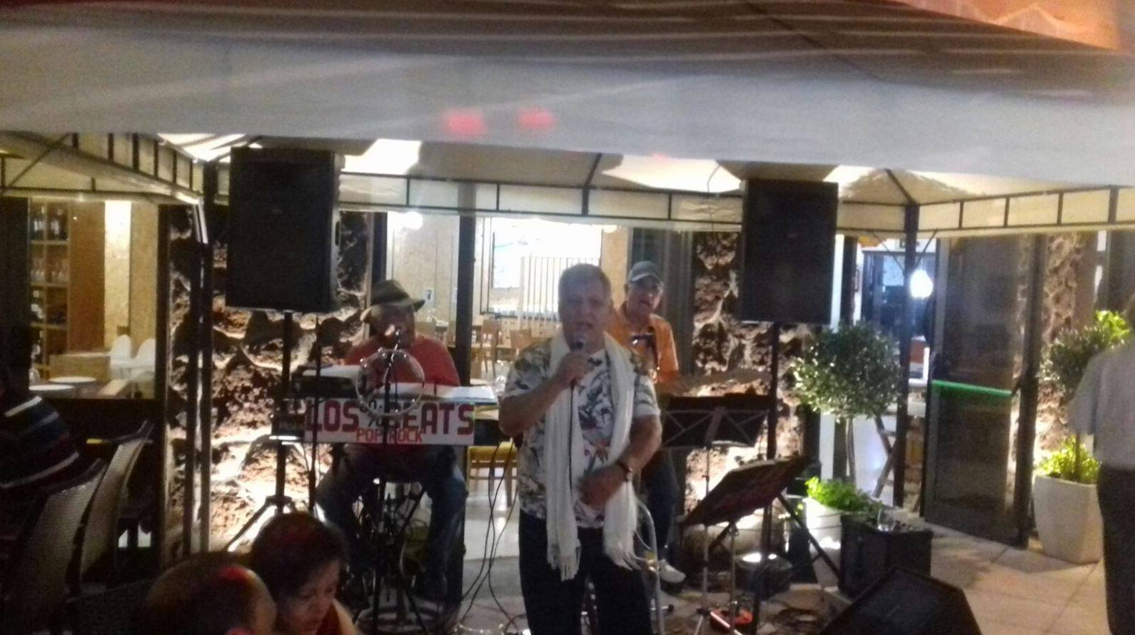 Éxito de los BEAT. Música en vivo sábado noche en La Otra Punta