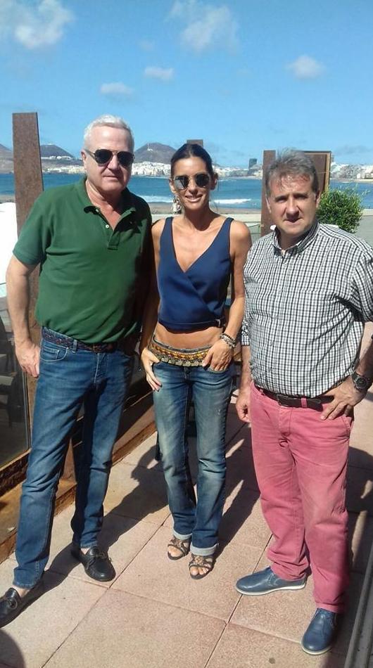 Nos visitaron Nuria Gómez,directora del programa de la televisión canaria de moda,y Antonio Hernández,director del periódico crónicas de Gran Canaria