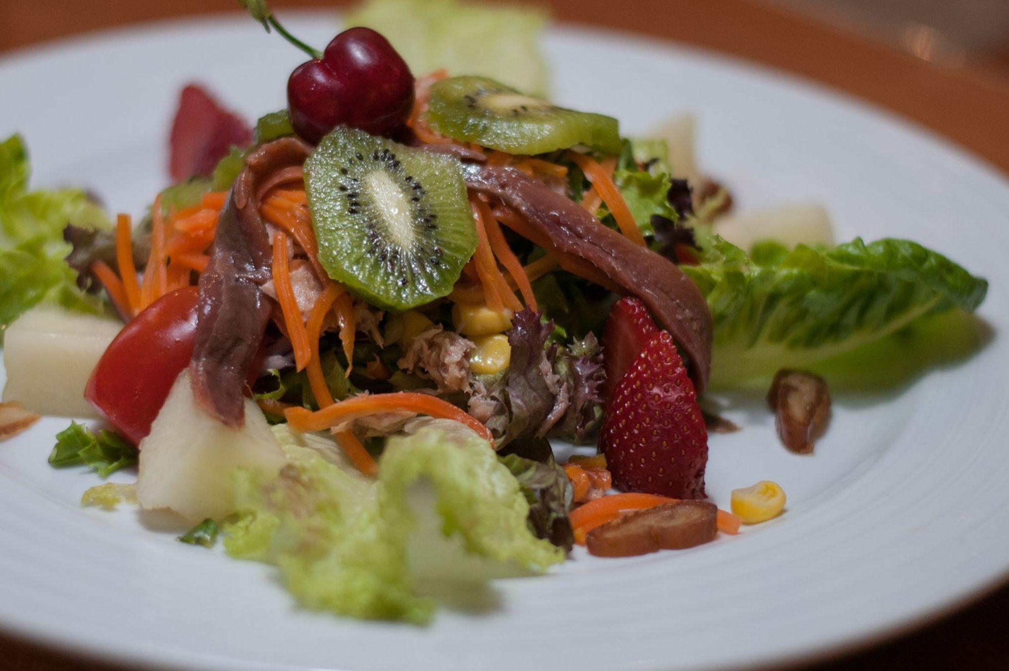 Ensalada con anchoas y fruta