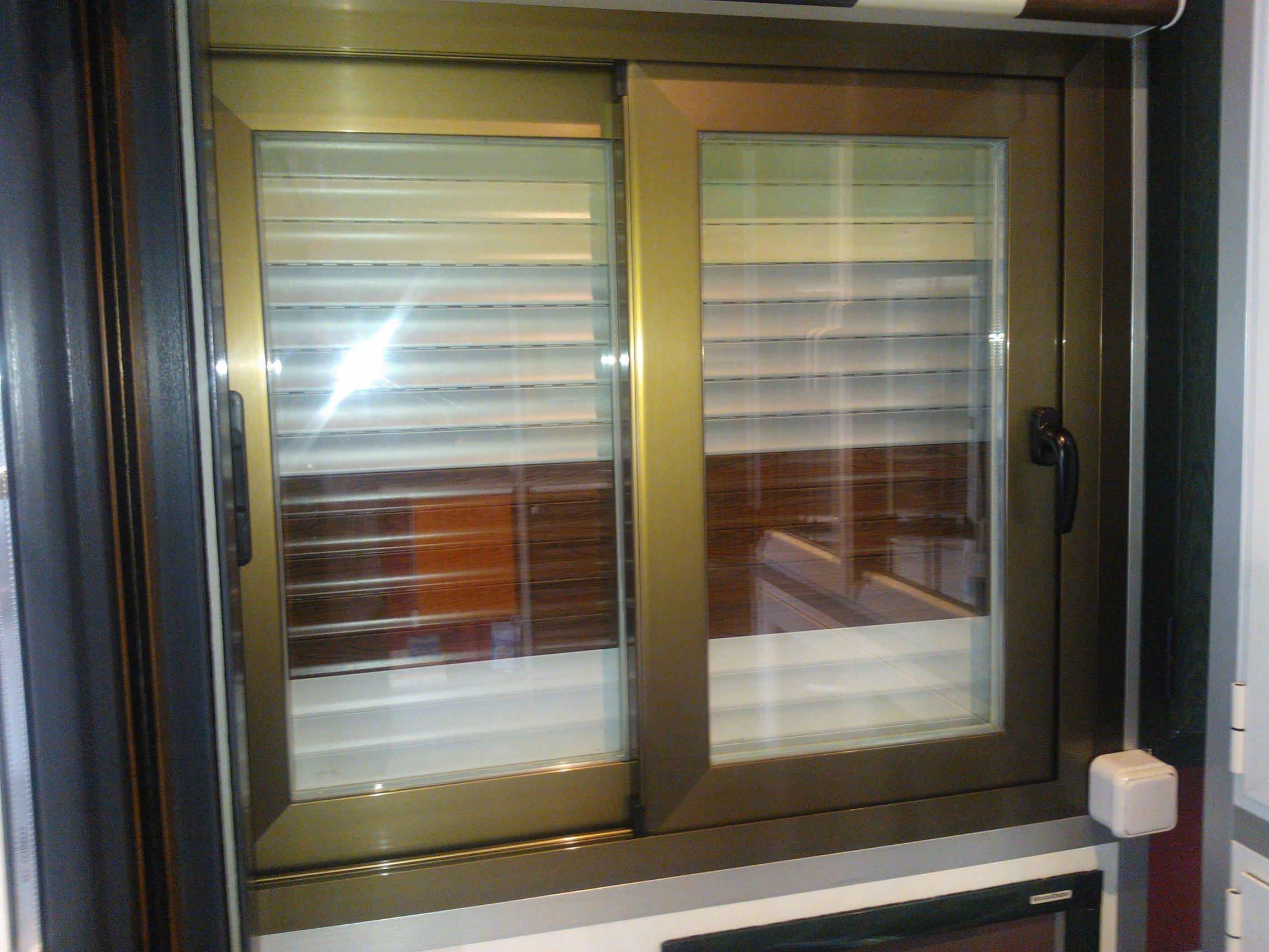 Ventanas de aluminio y pvc correderas productos y for Ventanas con persianas incorporadas