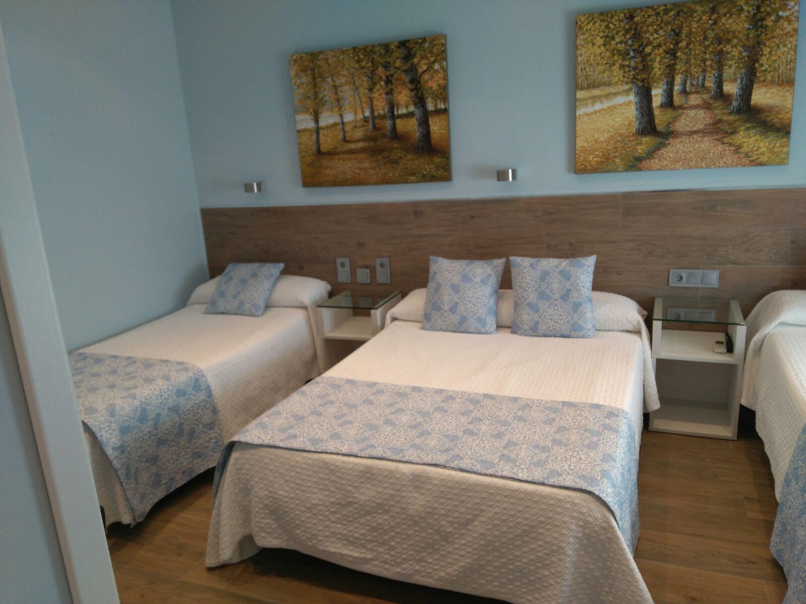 Habitación triple con baño privado: Habitaciones de Hostal Alegría