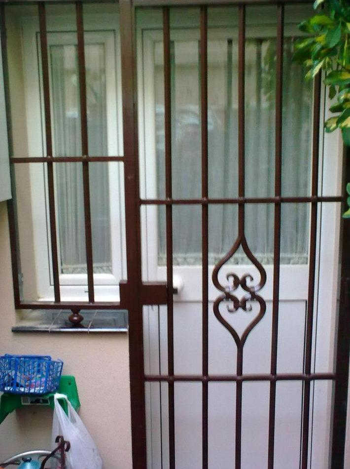 Puerta metálica de entrada