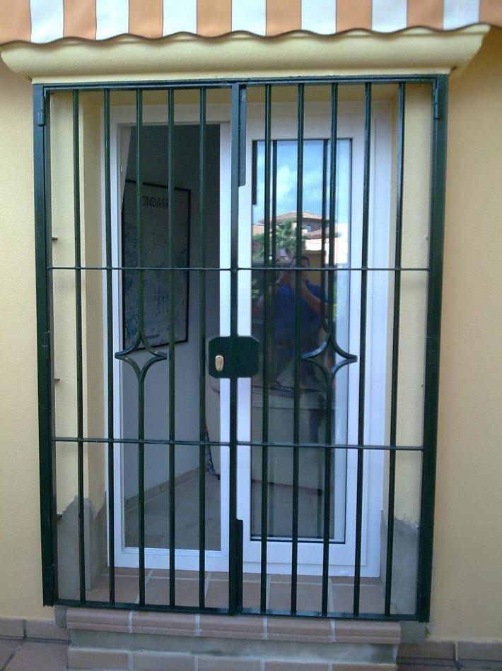 Puerta metálica para entra a vivienda