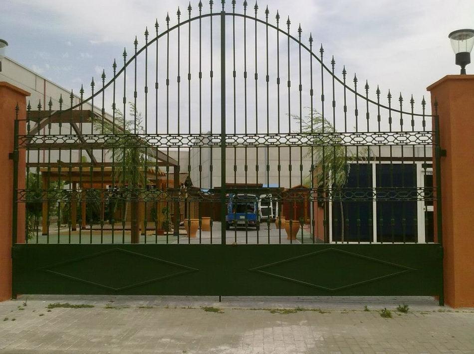 Puerta de rejas para exterior