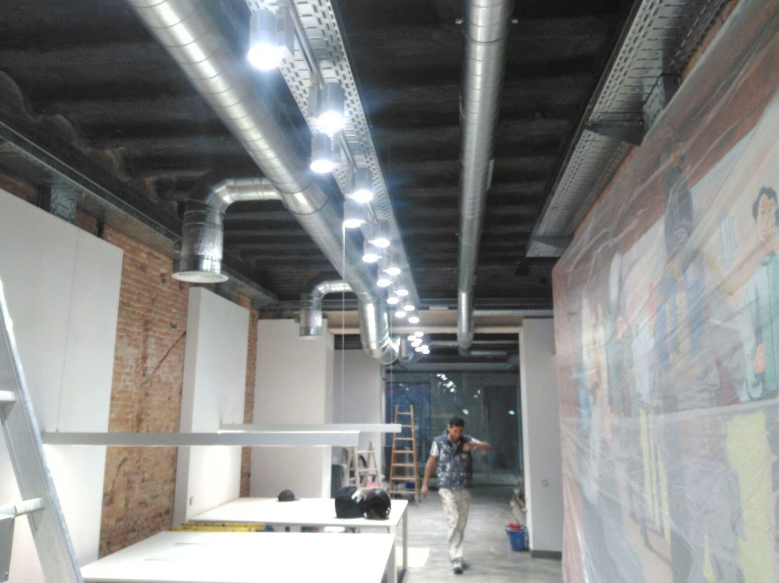 Obras del montaje de tubos en oficinas de Barcelona