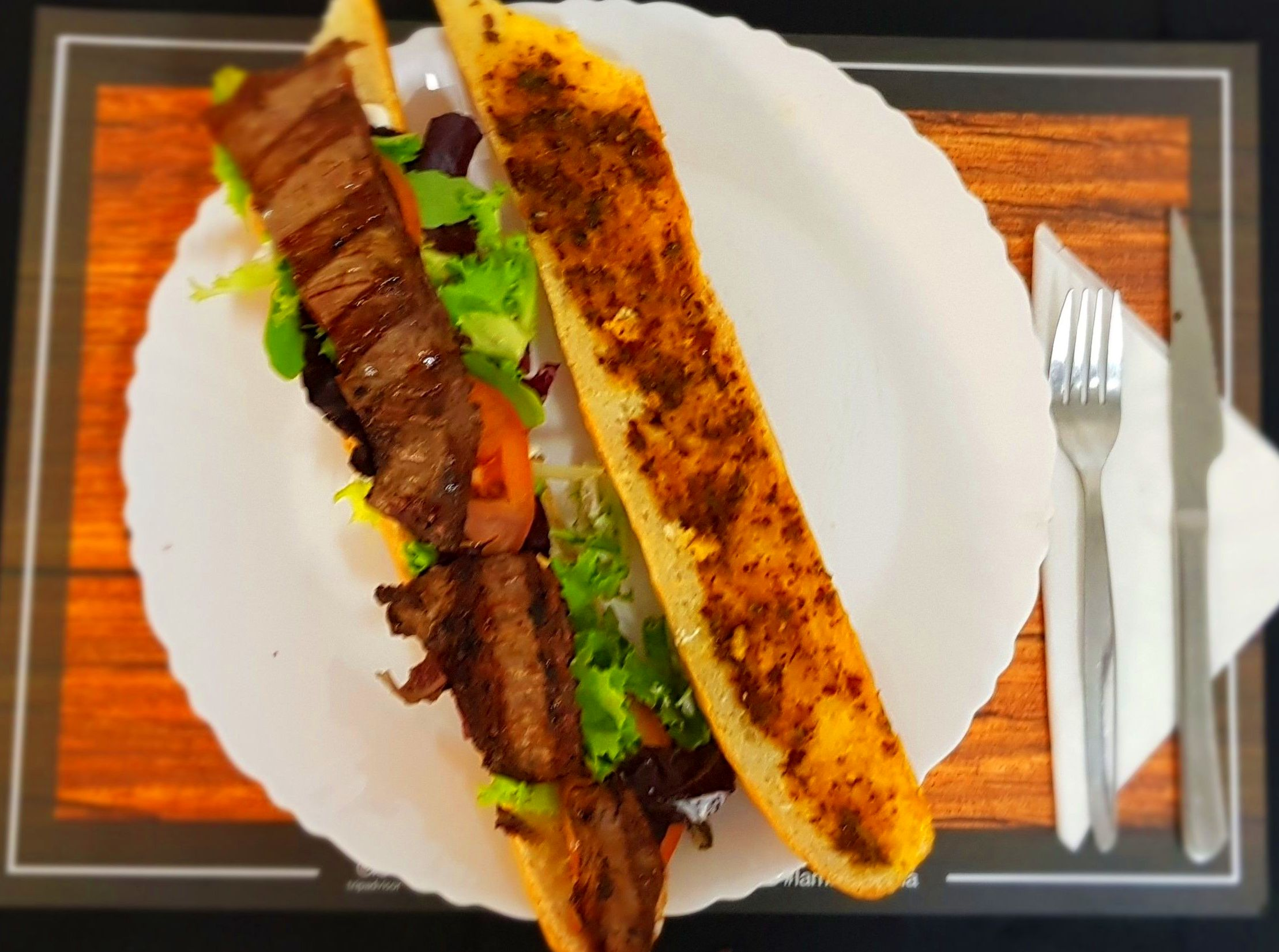 Bocadillo con carne de ternera al grill y ensalada