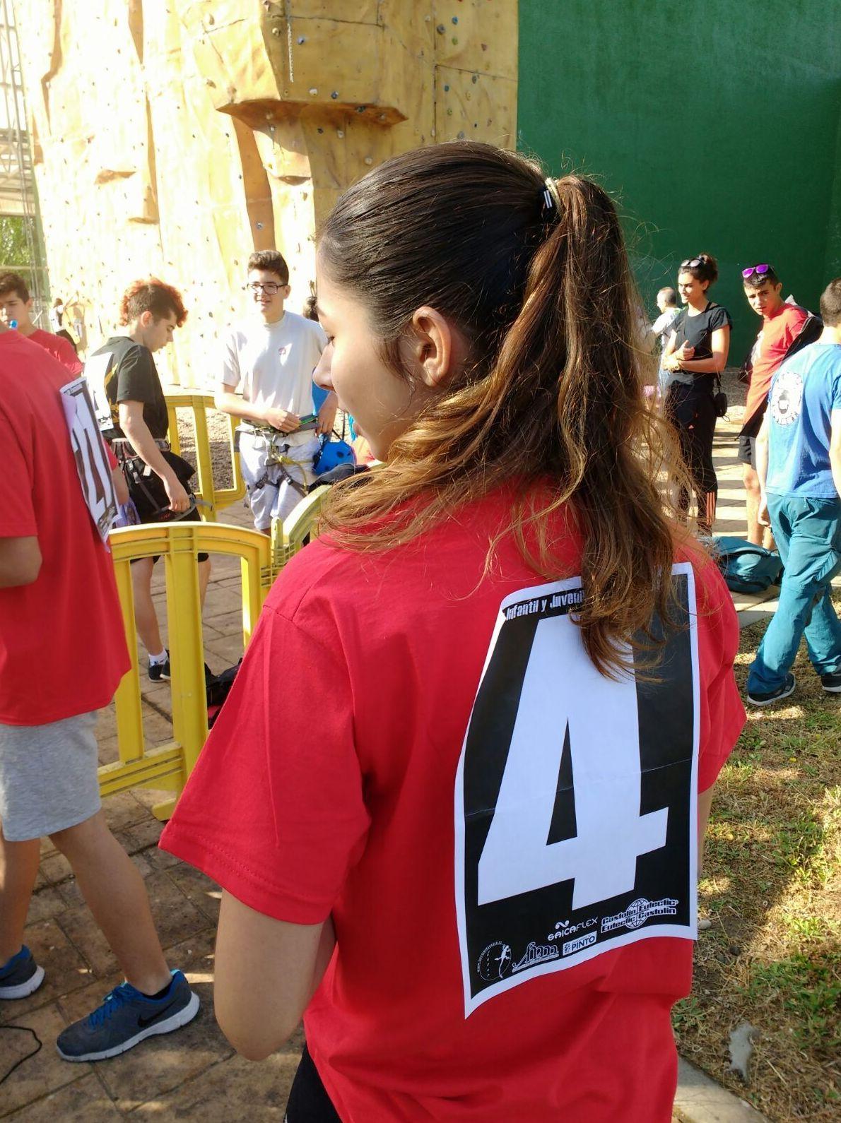 Esther mostrando el 4 a la espalda