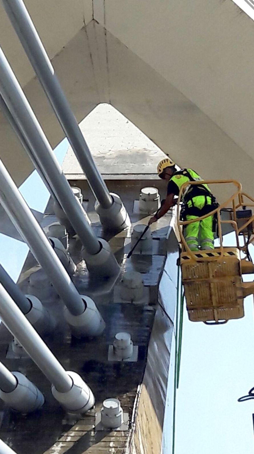 Outravertical limpieza pilonos Puente del Milenio