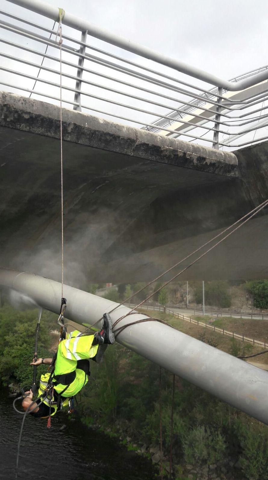 Limpieza costillas Puente del MIlenio con trabajos verticales.